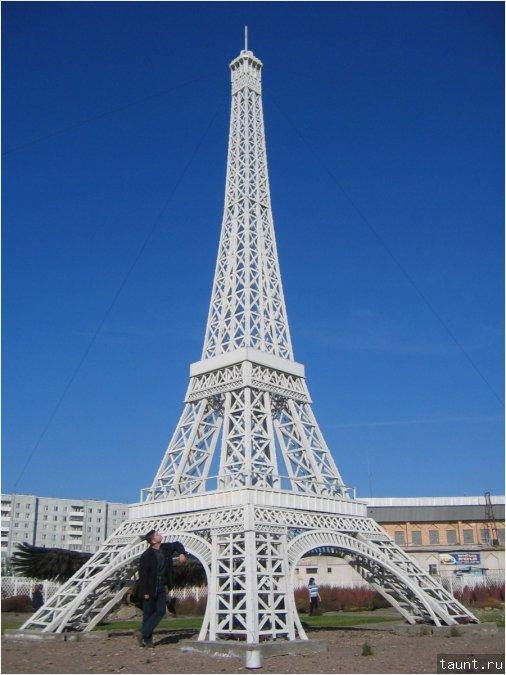У подножия Эйфелевой башни