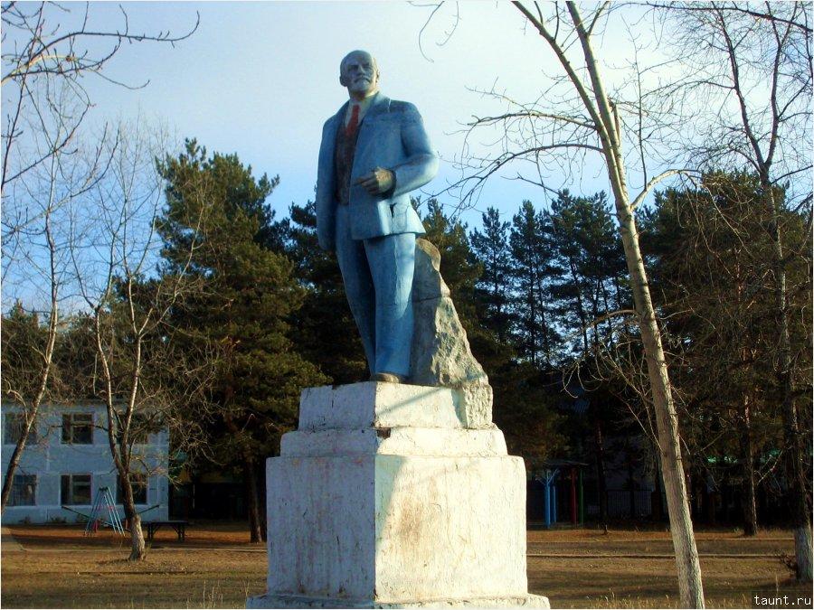 памятник в пионерлагере