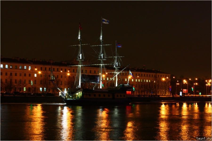 Парусник у Петроградской набережной