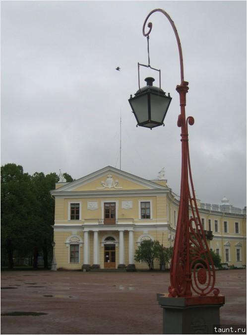 Птица, фонарь и дворец