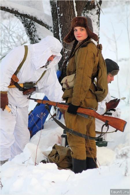 Боец с косичками и винтовкой