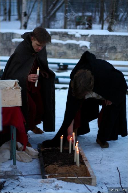Свечи ставят в землю