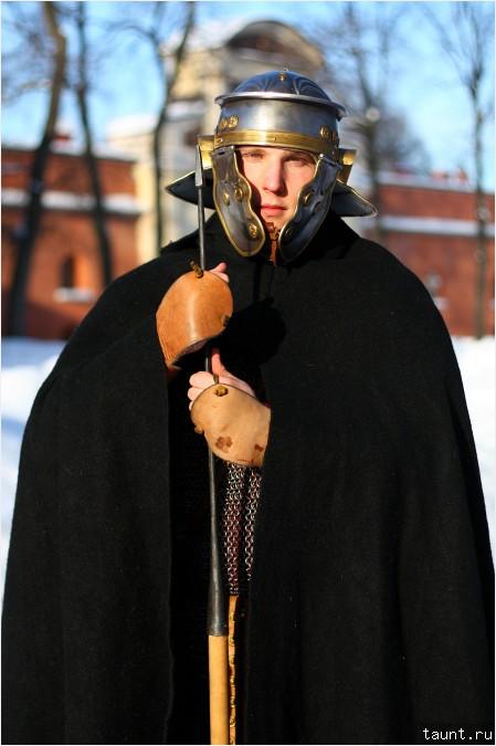 Легионер в римском шлеме