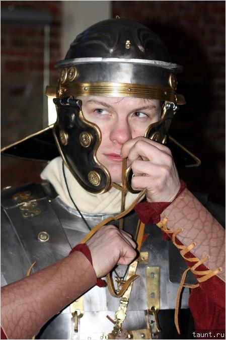 Легионер завязывает нащечники