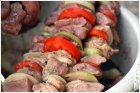 Мясо, лук и помидоры