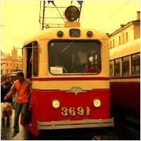 105 лет трамваю Санкт-Петербурга, В 1907 году первый электрический вагон был пущен от Главного штаба Адмиралтейства, его первый рейс составлял 7 минут. Юбилей электротранспорта Санкт-Петербург отпраздновал парадом ретротрамваев. С утра из музея электротранспорта в Василеостровском трамвайном парке вышли 10 ретро-вагонов, которые проделали свой путь через Тучков и Тройцкий мосты к цирку на Инженерной улице со всеми остановками и обратно.