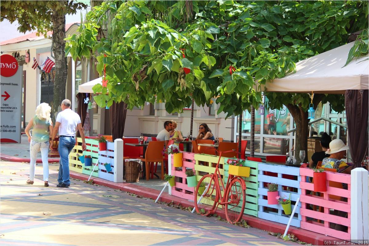 Кафешка на пешеходной улице