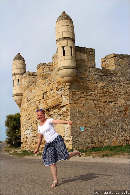 Маша на фоне крепости Еникале