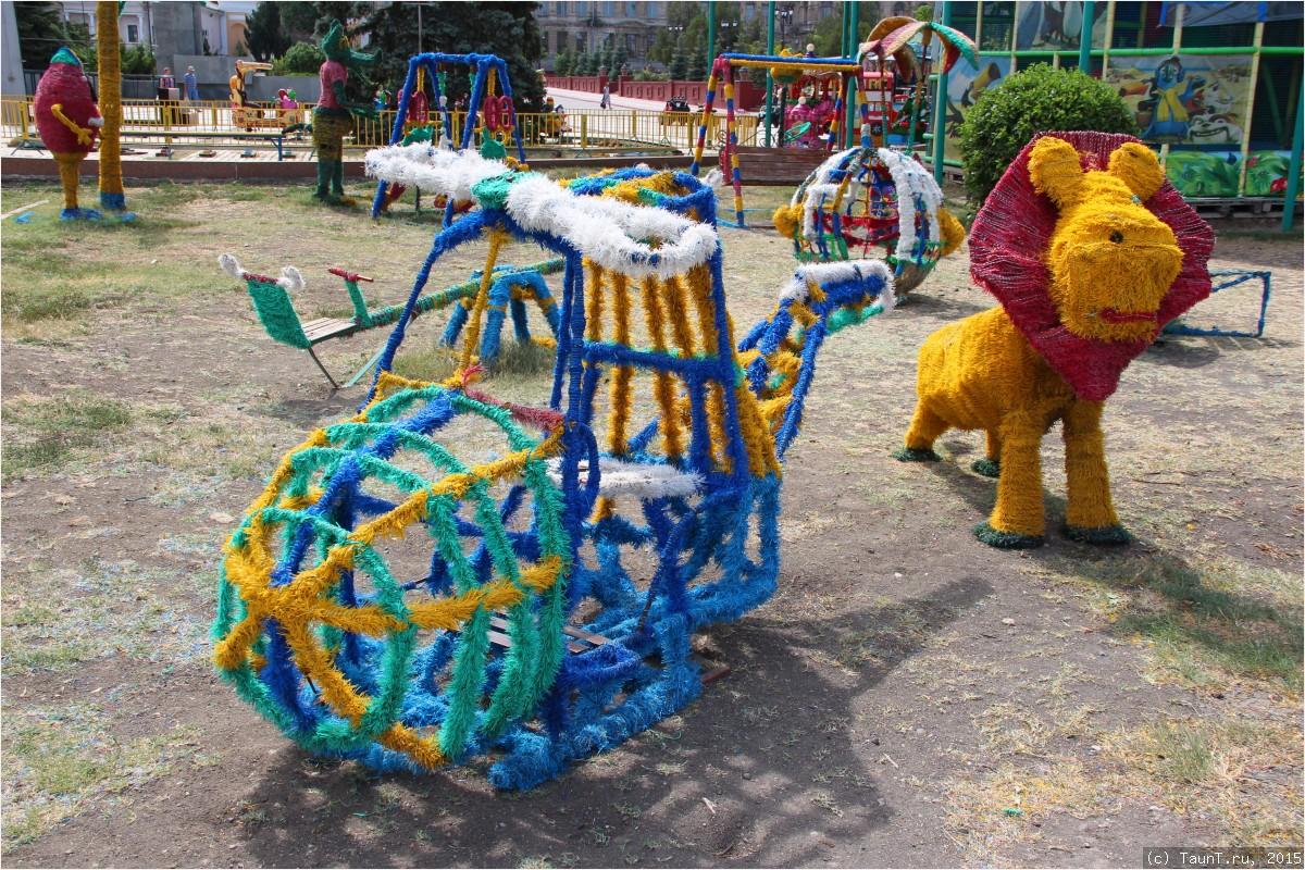Забавные игрушки рядом с храмом